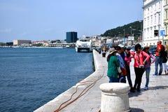 Grupa szczęśliwi turyści pozuje dla fotografii przy rozłamem, Chorwacja, Kwiecień 22 2019 fotografia royalty free