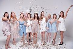 Grupa szczęśliwi uśmiechnięci kobieta przyjaciele świętuje i wznosi toast z szkłami szampan obraz royalty free