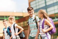 Grupa szczęśliwy szkoła podstawowa uczni chodzić Fotografia Stock