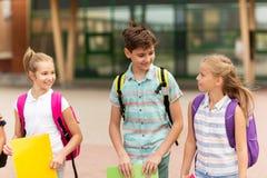 Grupa szczęśliwy szkoła podstawowa uczni chodzić Fotografia Royalty Free