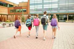Grupa szczęśliwy szkoła podstawowa uczni chodzić Zdjęcie Stock