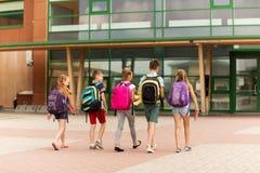 Grupa szczęśliwy szkoła podstawowa uczni chodzić Zdjęcia Royalty Free