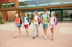 Grupa szczęśliwy szkoła podstawowa uczni chodzić Obrazy Stock