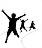 Grupa szczęśliwych dziecko w wieku szkolnym aktywny skokowy dancingowy bieg bawić się dzieciaka dzieciaka dziecka sylwetek zabawy Obraz Stock