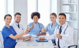 Grupa szczęśliwe lekarki spotyka przy szpitalnym biurem Fotografia Royalty Free
