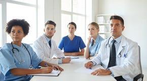 Grupa szczęśliwe lekarki spotyka przy szpitalnym biurem Obrazy Stock