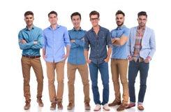 Grupa sześć młodych przypadkowych mężczyzna stoi pewnie zdjęcie stock