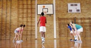 Grupa szkoła średnia dzieciaki bawić się koszykówkę zdjęcie wideo