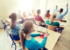Grupa szkoła średnia nauczyciel i ucznie zdjęcia stock