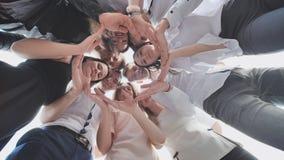 Grupa szkoła średnia uczni spojrzenie przez kształta okrąg tworzył od ich palm Pojęcie życzliwy zdjęcie wideo