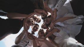 Grupa szkoła średnia uczni spojrzenie przez kształta okrąg tworzył od ich palm Pojęcie życzliwy zbiory