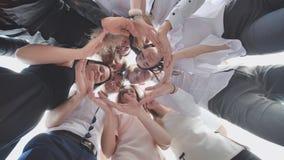 Grupa szkoła średnia uczni spojrzenie przez kształta okrąg tworzył od ich palm Pojęcie życzliwy obrazy stock