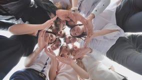 Grupa szkoła średnia uczni spojrzenie przez kształta okrąg tworzył od ich palm Pojęcie życzliwy obraz stock