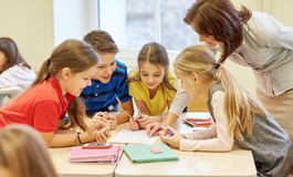 Grupa szkoła żartuje writing test w sala lekcyjnej fotografia stock