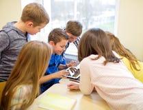 Grupa szkoła dzieciaki z pastylka komputerem osobistym w sala lekcyjnej Zdjęcie Royalty Free