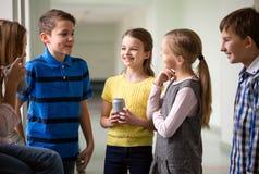 Grupa szkoła dzieciaki z sodowanymi puszkami w korytarzu Fotografia Stock