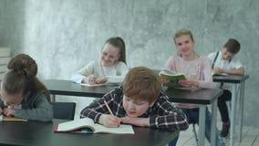 Grupa szkoła podstawowa żartuje bieg po lekci zdjęcie wideo