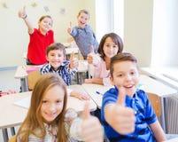 Grupa szkoła dzieciaki pokazuje aprobaty Obrazy Royalty Free