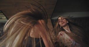 Grupa tanczy szczęśliwego odświętności bachelorette przyjęcia w domu i czuje najlepszy przyjaciel damy bardzo atrakcyjne w piżama zbiory