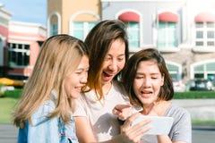 Grupa themselves z telefonem w pastelowym miasteczku po robić zakupy młody Azjatycki kobiety selfie fotografia royalty free