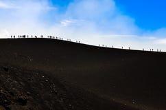 Grupa trekkers wycieczkuje na wulkanu wzgórzu fotografia royalty free