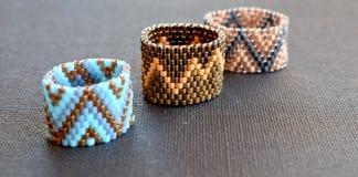Grupa trzy geometrycznego pierścionku na czarnej powierzchni Obrazy Stock