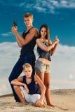 Grupa trzy nastolatka na plażowych zdecydowanych spojrzeniach Sk Zdjęcia Royalty Free