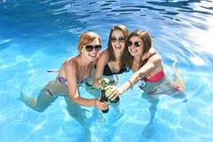 Grupa trzy szczęśliwego dziewczyna przyjaciela ma skąpanie w pływackim basenie t zdjęcia stock