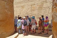 Grupa turyści na wycieczce w Karnak świątyni obraz royalty free