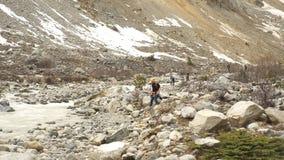 Grupa turyści chodzi wzdłuż halnej rzeki w górach Gruzja zbiory wideo