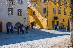 Grupa turyści podziwia kolorowe średniowieczne ulicy koloru żółtego dom jest birtplace także znać jako Dracula Vlad Tepes zdjęcia royalty free