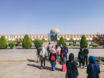 Grupa turyści przy Naqsh-e Jahan kwadratem Isfahan, Iran zdjęcia royalty free