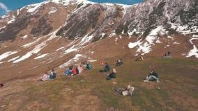 Grupa turyści siedzi na górze i patrzeć lodowa zdjęcie wideo
