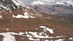 Grupa turyści siedzi na górze i patrzeć lodowa zbiory