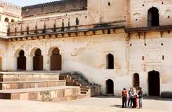 Grupa turyści stoi wśrodku podwórza antyczna struktura Jahangir Mahal w India Obraz Royalty Free