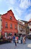 Grupa turyści odwiedza historycznego centrum Cesky Krumlov Fotografia Stock