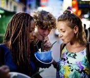 Grupa turysta cieszy się wiadro napoje w Khao San Bangkok Tajlandia Drogowej chodzącej ulicie Zdjęcia Royalty Free