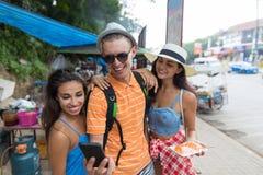 Grupa turysty Use telefon komórkowy Znajdować Rigt kierunek Dla Selfie fotografii Lub Podczas gdy Chodzący ulicę Azjatycki miasto Obraz Stock