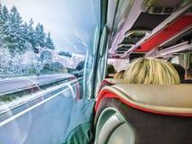 Grupa turystyczny obsiadanie w autobusie i patrzeć przez autobusowych okno zdjęcia stock