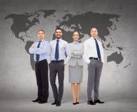 Grupa uśmiechnięci biznesmeni nad białym tłem Zdjęcie Royalty Free