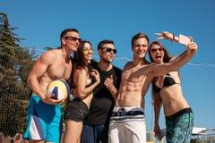 Grupa uśmiechnięci europejscy przyjaciele robi selfie na plaży obraz stock