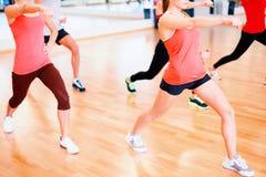 Grupa uśmiechnięci ludzie ćwiczy w gym Obraz Stock