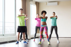 Grupa uśmiechnięci ludzie tanczy w gym lub studiu obraz stock
