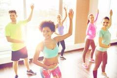 Grupa uśmiechnięci ludzie tanczy w gym lub studiu zdjęcia stock
