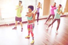 Grupa uśmiechnięci ludzie tanczy w gym lub studiu obrazy stock