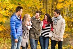 Grupa uśmiechnięci mężczyzna i kobiety w jesień parku Obraz Royalty Free
