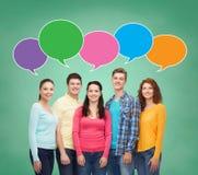 Grupa uśmiechnięci nastolatkowie z tekstów bąblami ilustracji