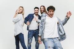 Grupa uśmiechnięci przyjaciele w modnych cajgach zdjęcia royalty free
