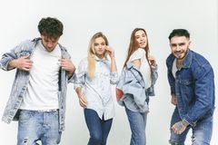Grupa uśmiechnięci przyjaciele w modnych cajgach fotografia royalty free