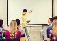 Grupa uśmiechnięci ucznie i nauczyciel w sala lekcyjnej Obraz Stock